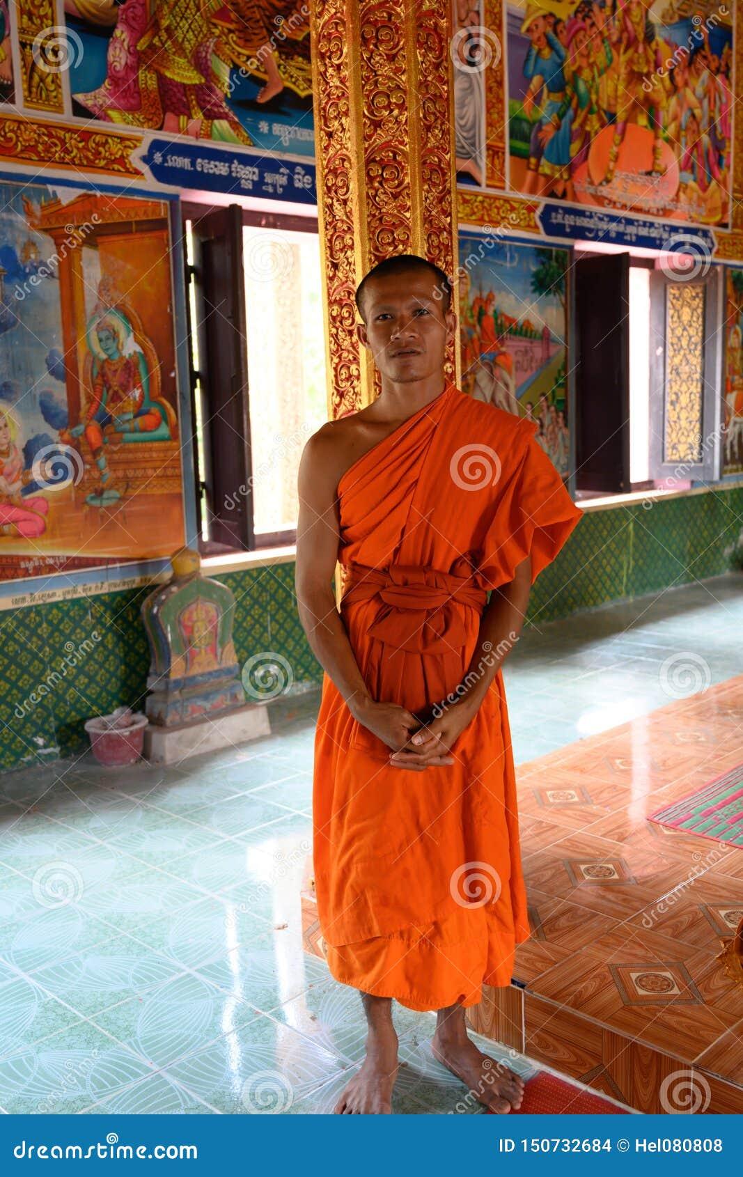 Monje budista en el templo del monasterio en Camboya