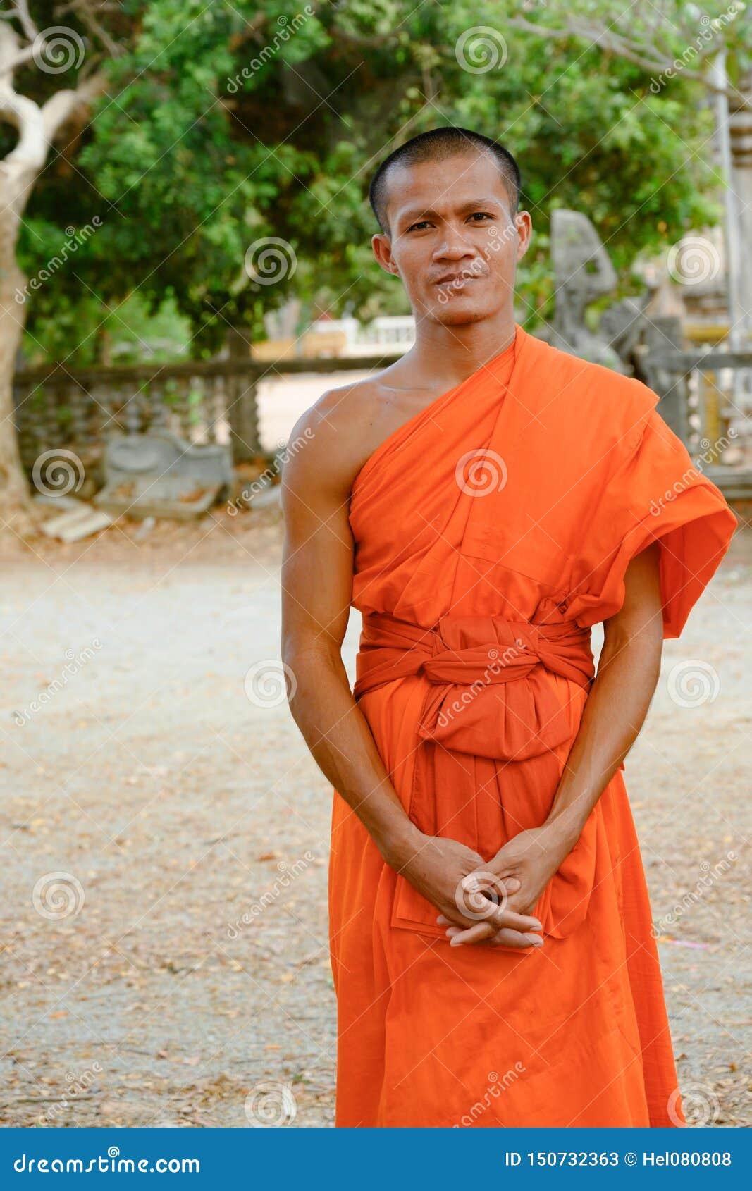 Monje budista en monasterio en Camboya