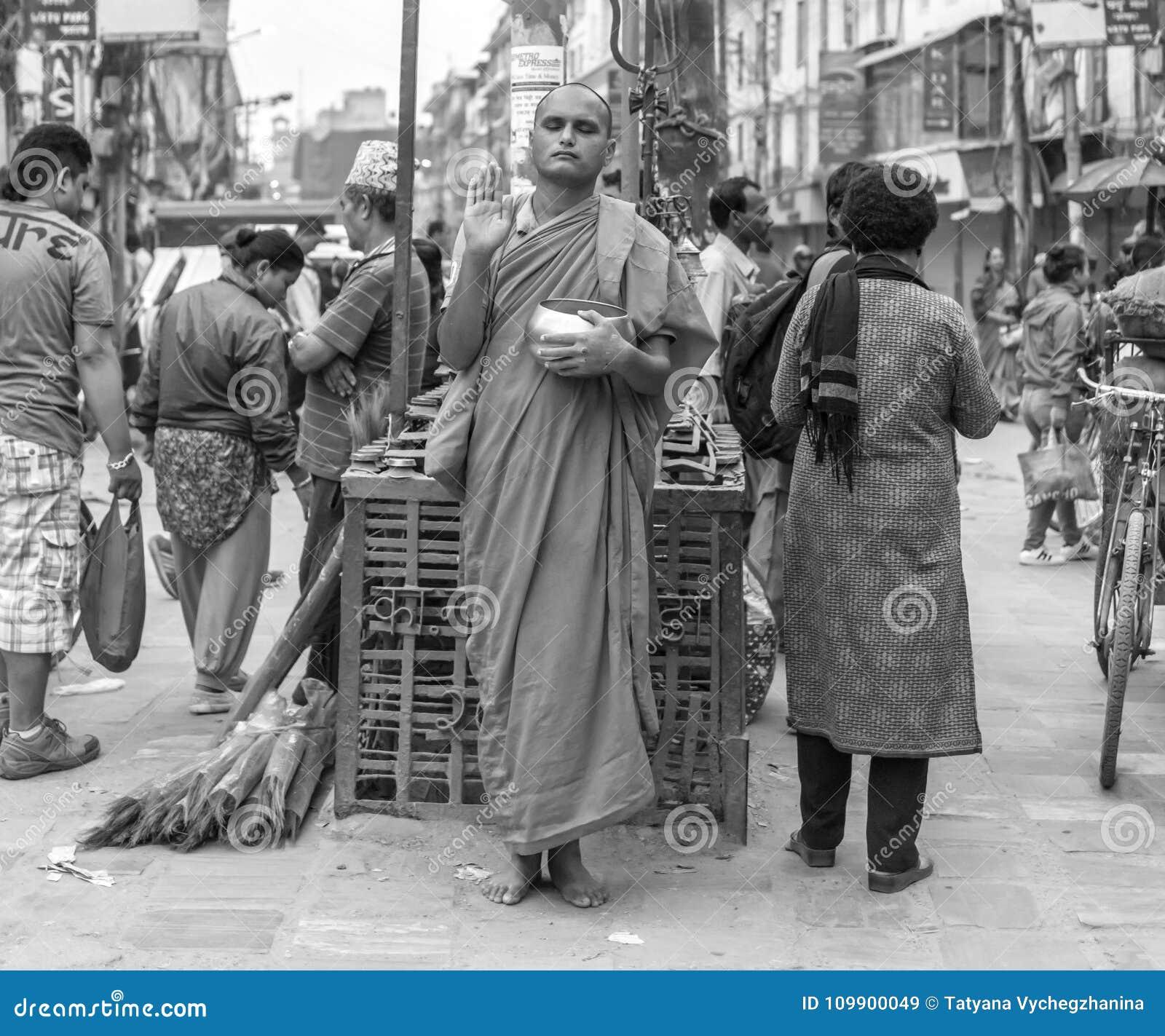 Monje con el pote en la calle, Nepal