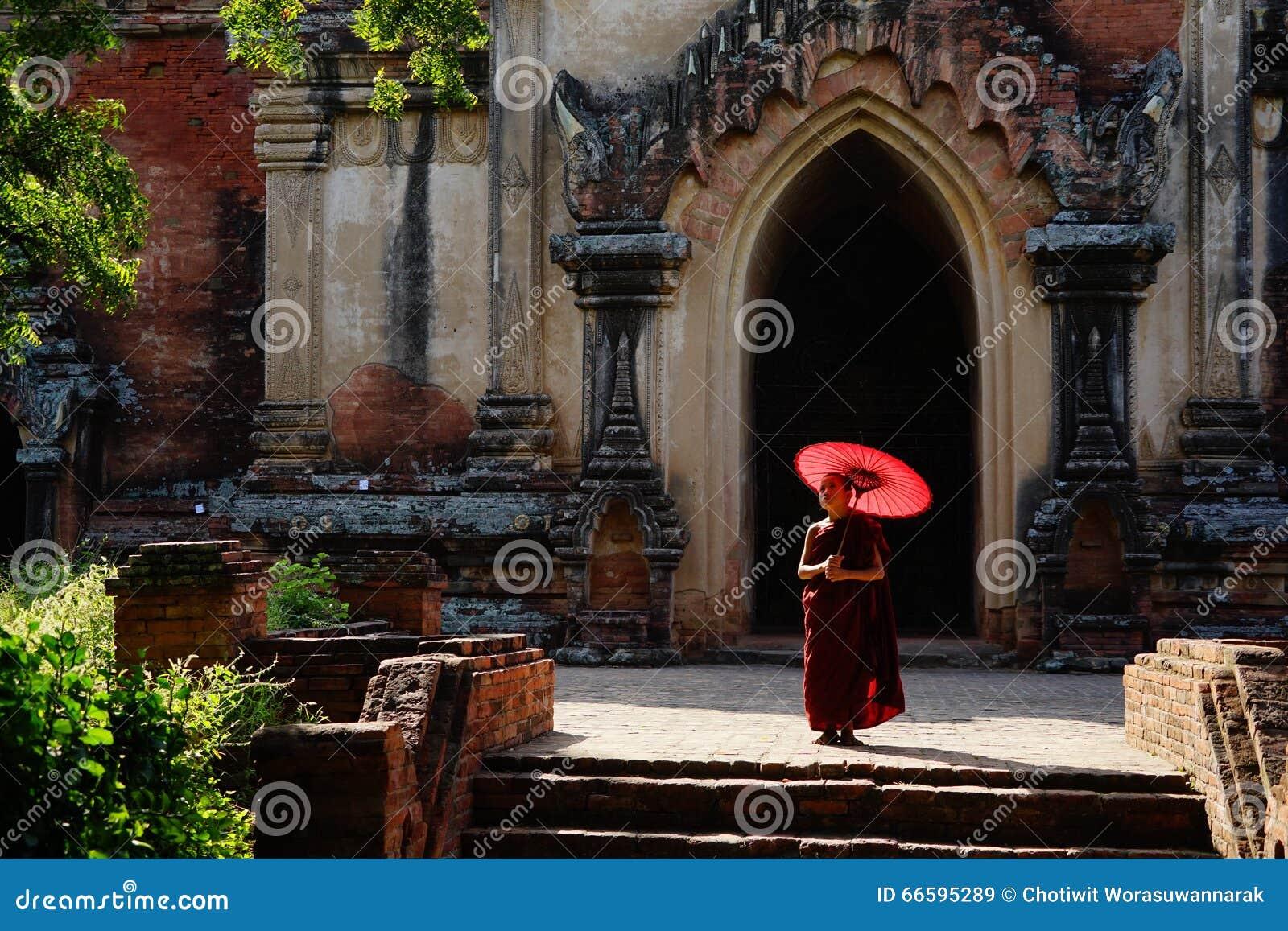 Monje en Bagan, Myanmar