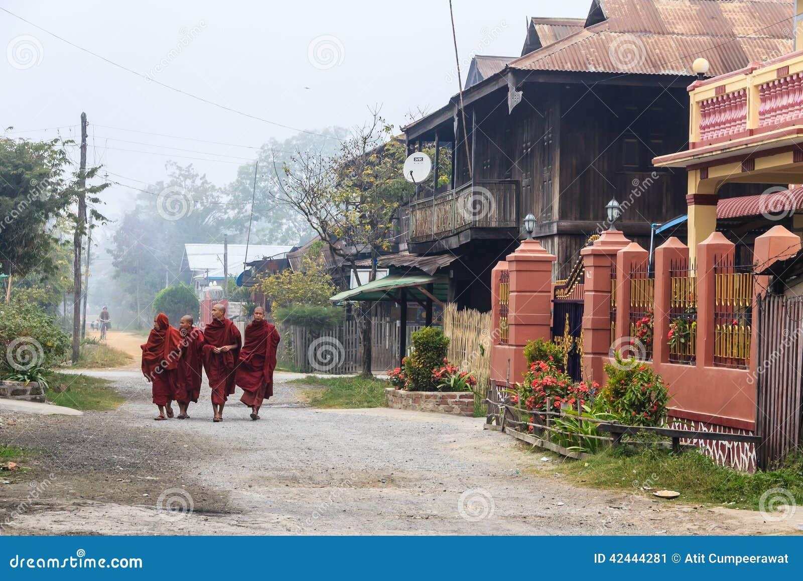 Monje en Nyaung Shwe en Myanmar (Burmar)