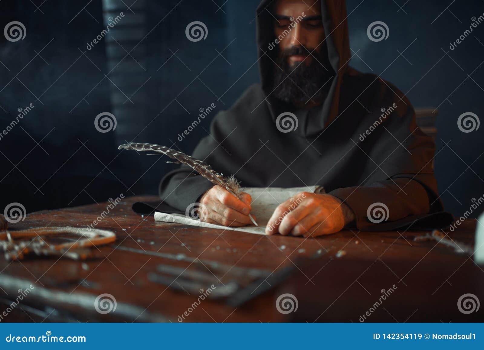 Monje medieval que se sienta en la tabla y escribir, visión superior