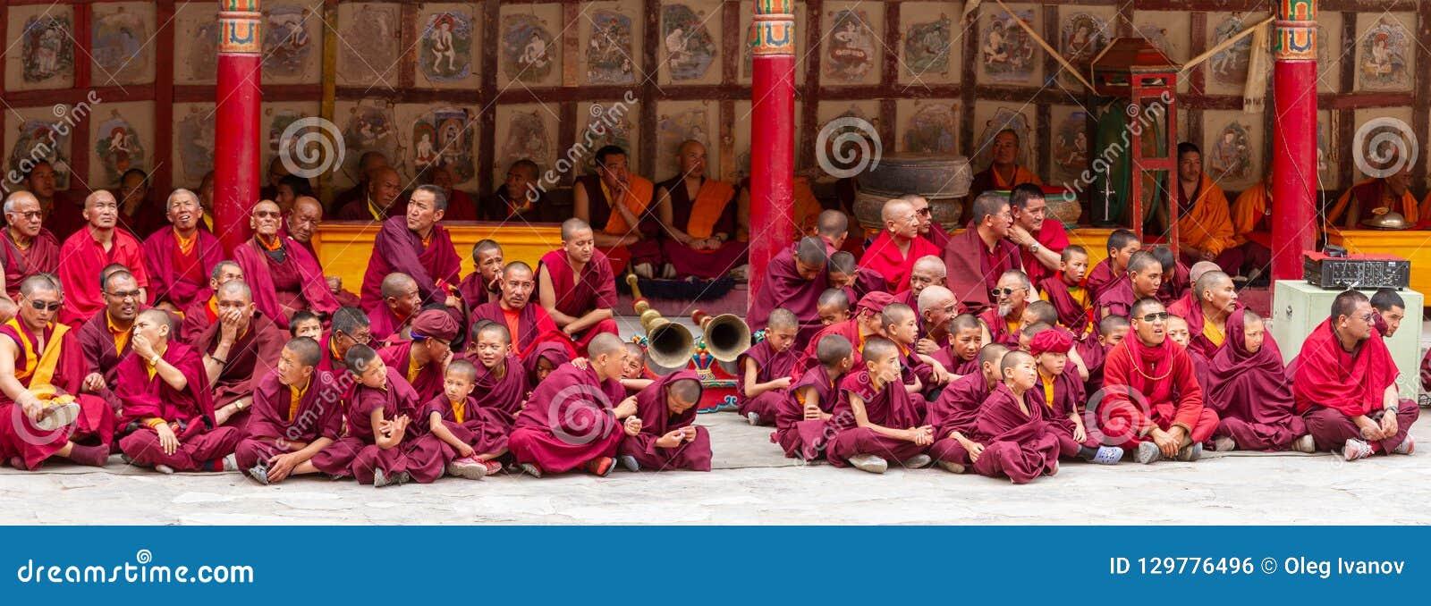 Monjes, baterías rituales, trompetistas con los instrumentos musicales como espectadores en el festival de la danza del Cham del