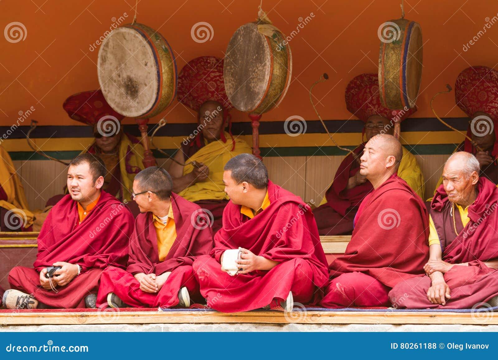 Monjes como espectadores atentos y baterías rituales del festival lama