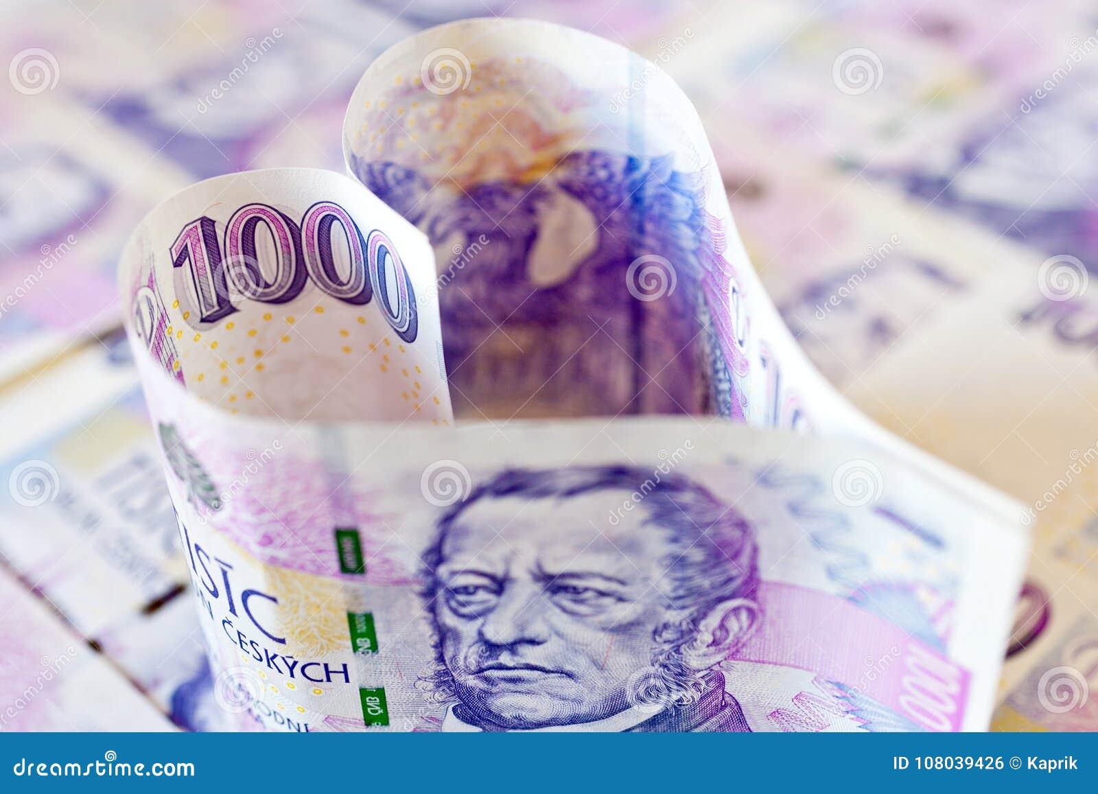 Monnaie fiduciaire tchèque dans une forme du coeur - économie et finances
