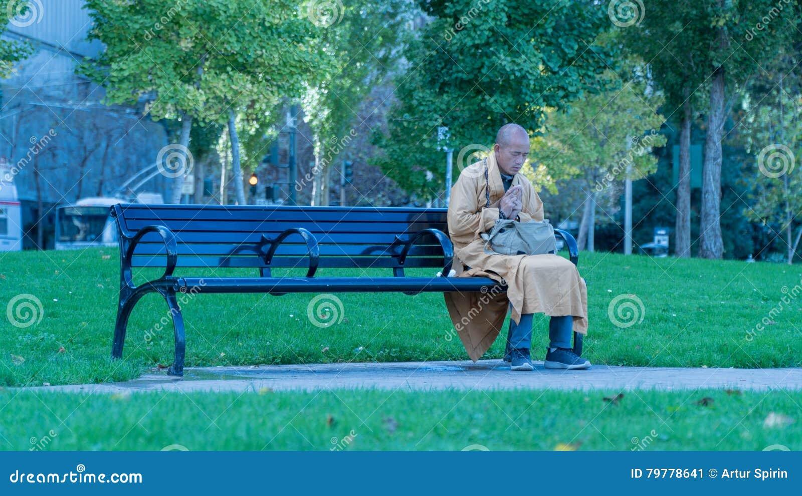 Monnik Praying op een Bank