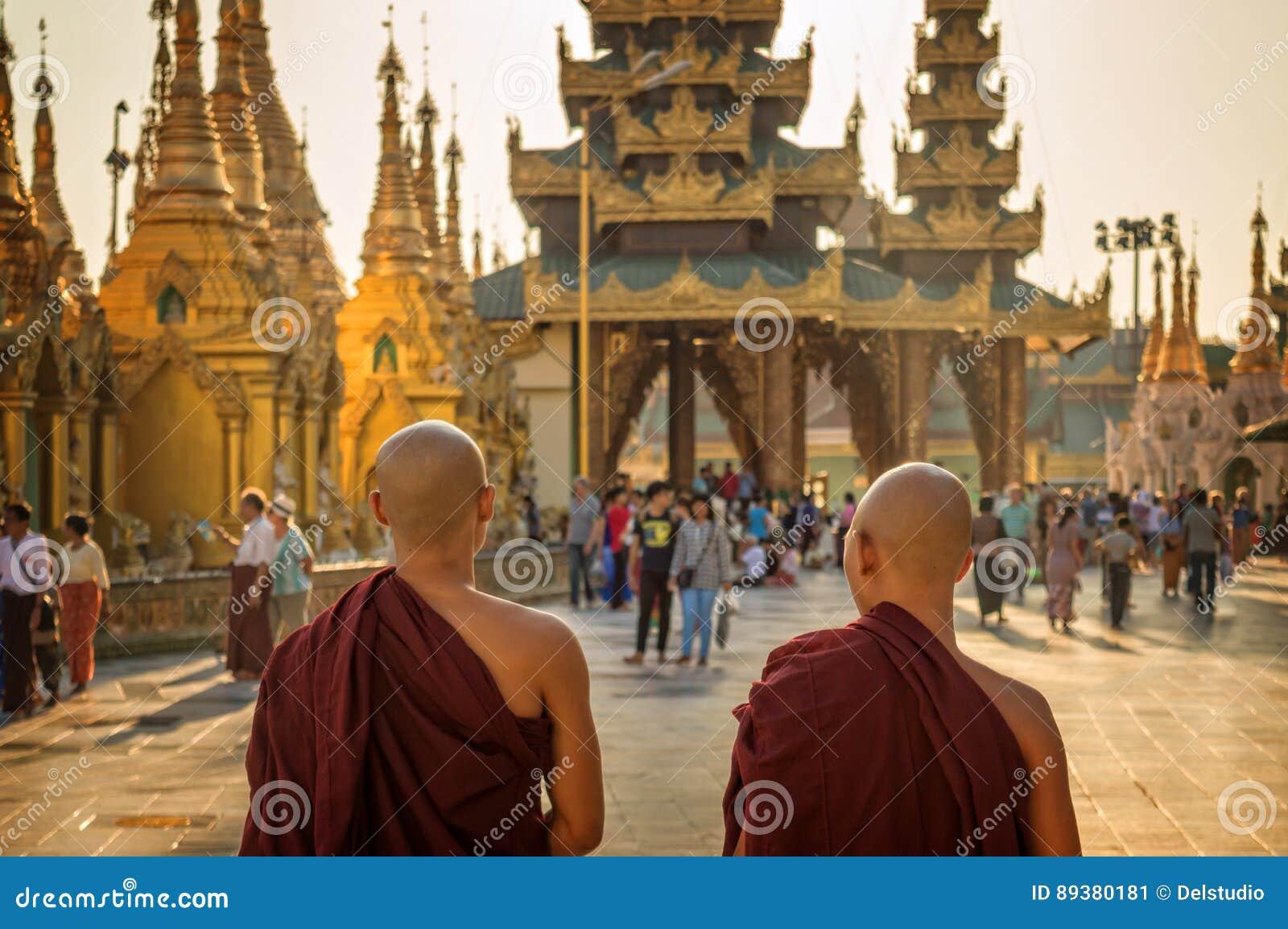 Monniken bij Shwedagon-Pagode in Yangon, Birma Myanmar
