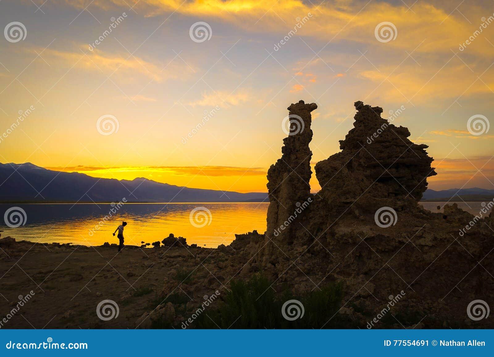 Mono puesta del sol del lago