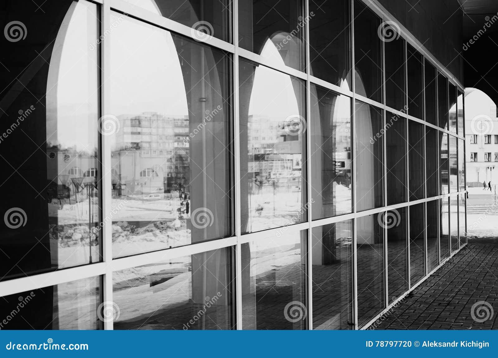 Monochromatyczni architektury szkła łuki