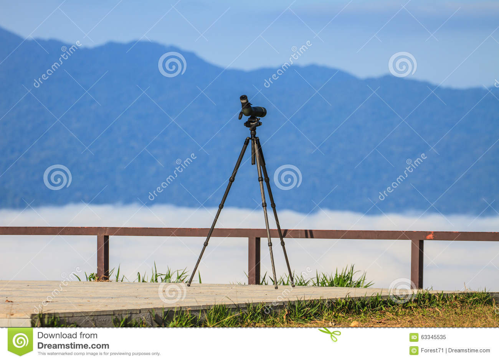 Monocular Birdwatching ou mancha do espaço em um tripé