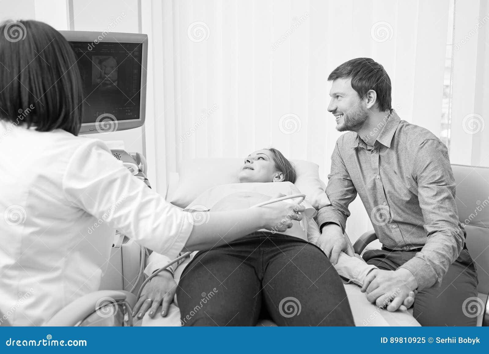 Monokromskott av ett älska gravid par på sjukhuset