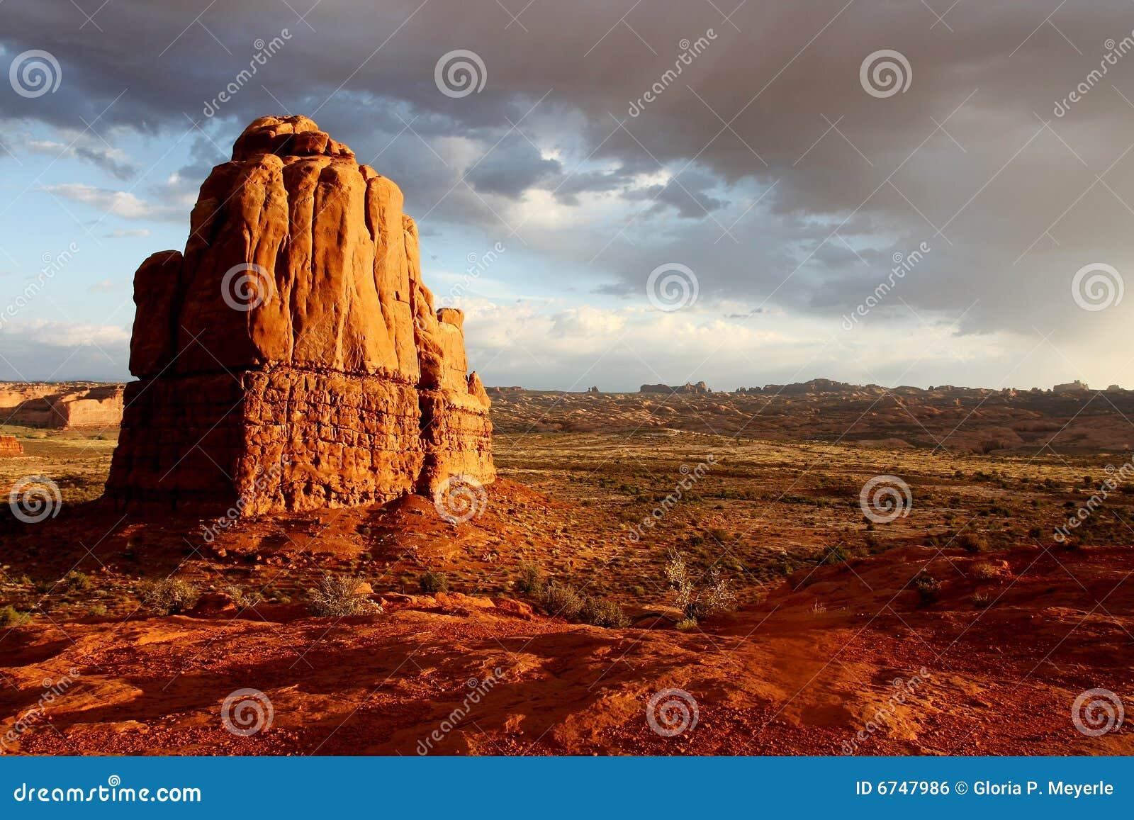 Monolithe rouge de roche