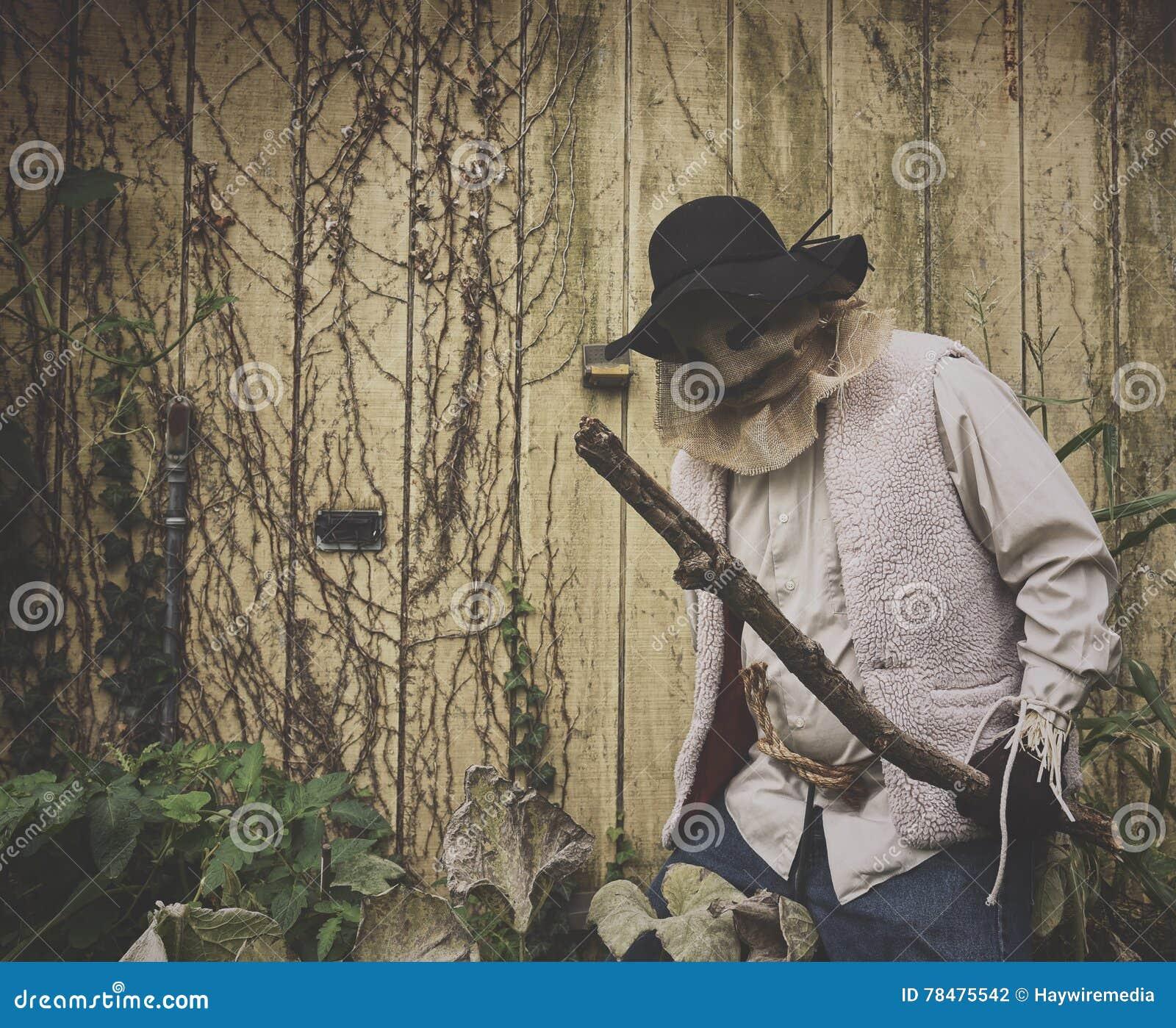 Monstruo asustadizo de Scarcrow de la arpillera afuera