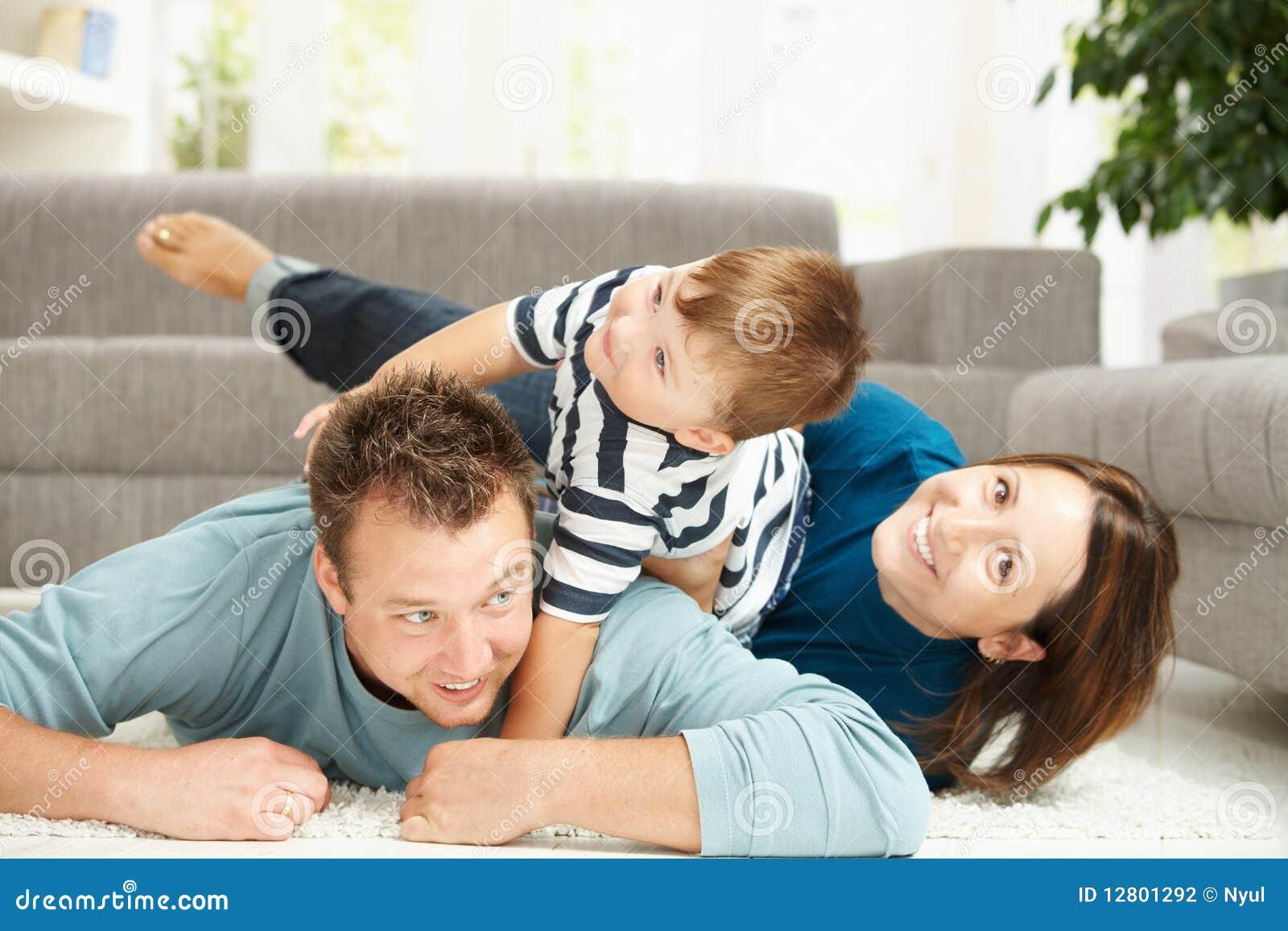 Montão da família em casa