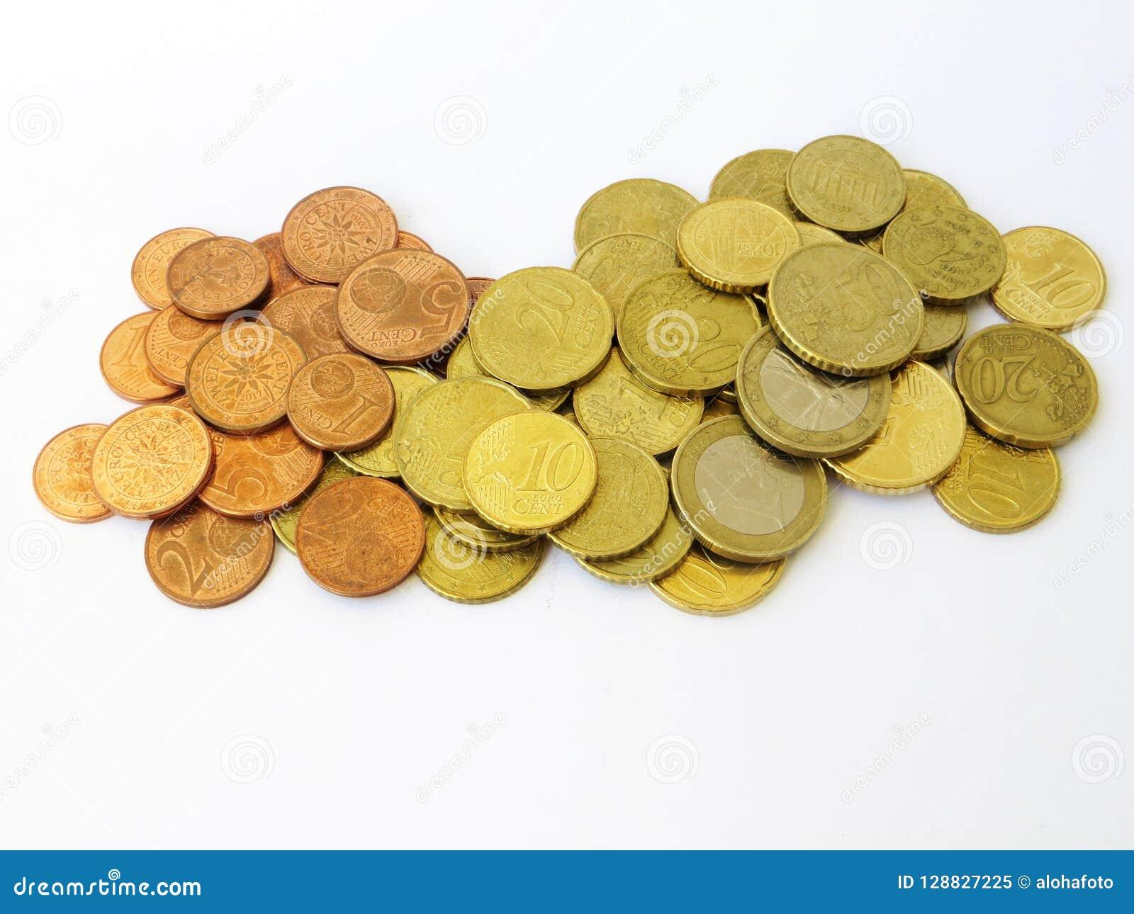 Montão do euro e de moedas de cobre classificados do dinheiro dos centavos com um fundo branco