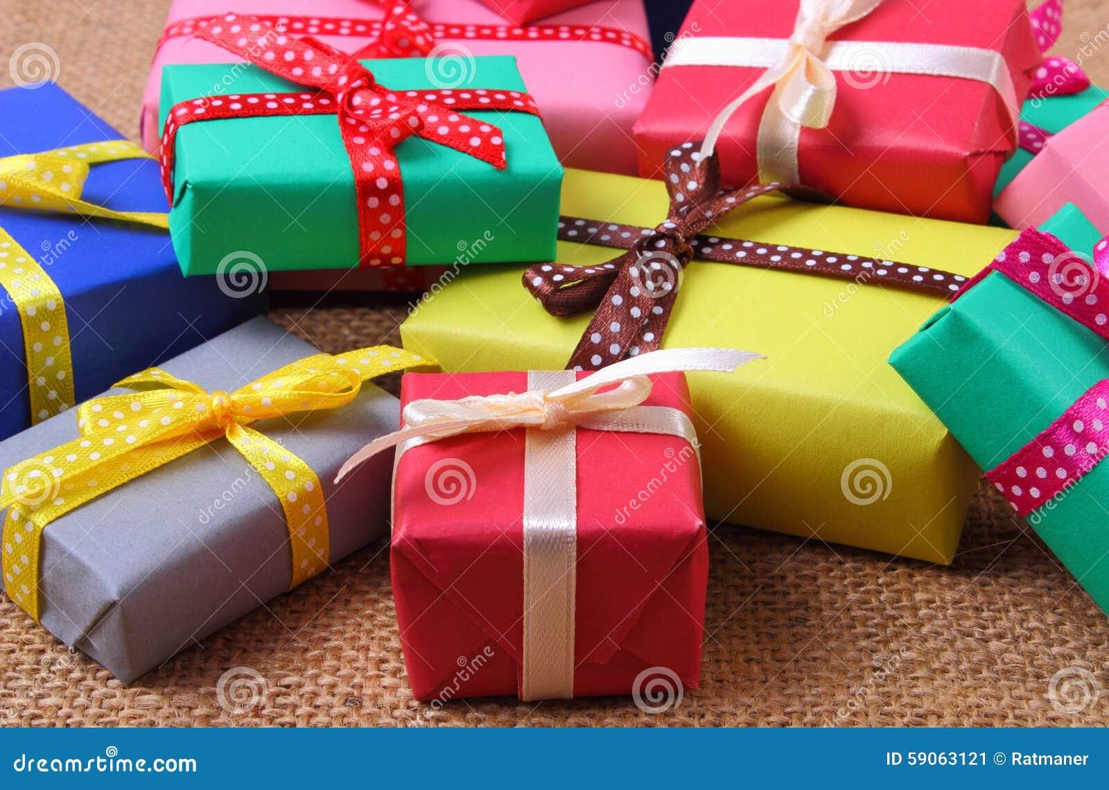 Montón De Los Regalos Envueltos Para La Navidad O La Otra