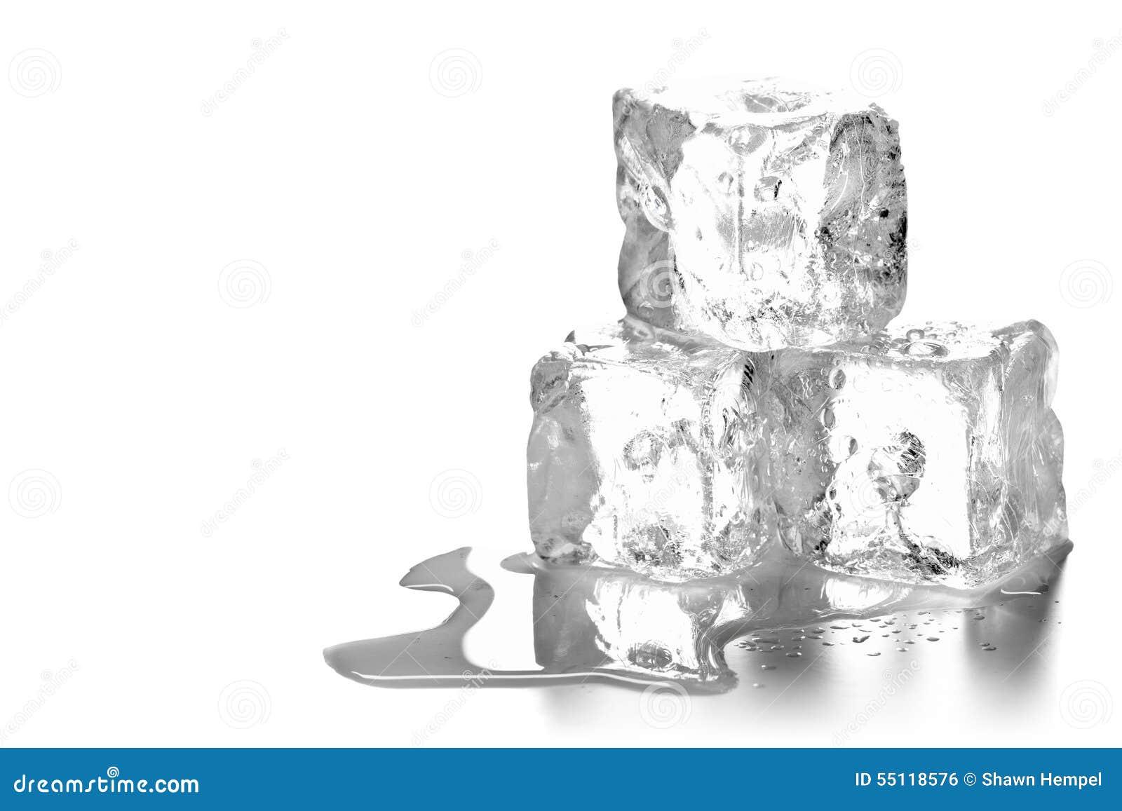 Montón de tres cubos de hielo de fusión con agua y la reflexión