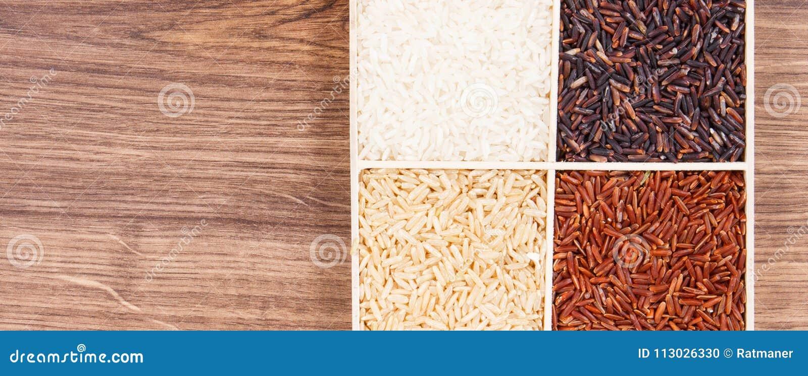 Montón del arroz blanco, marrón, rojo y negro, concepto sano de la nutrición, espacio de la copia para el texto a bordo