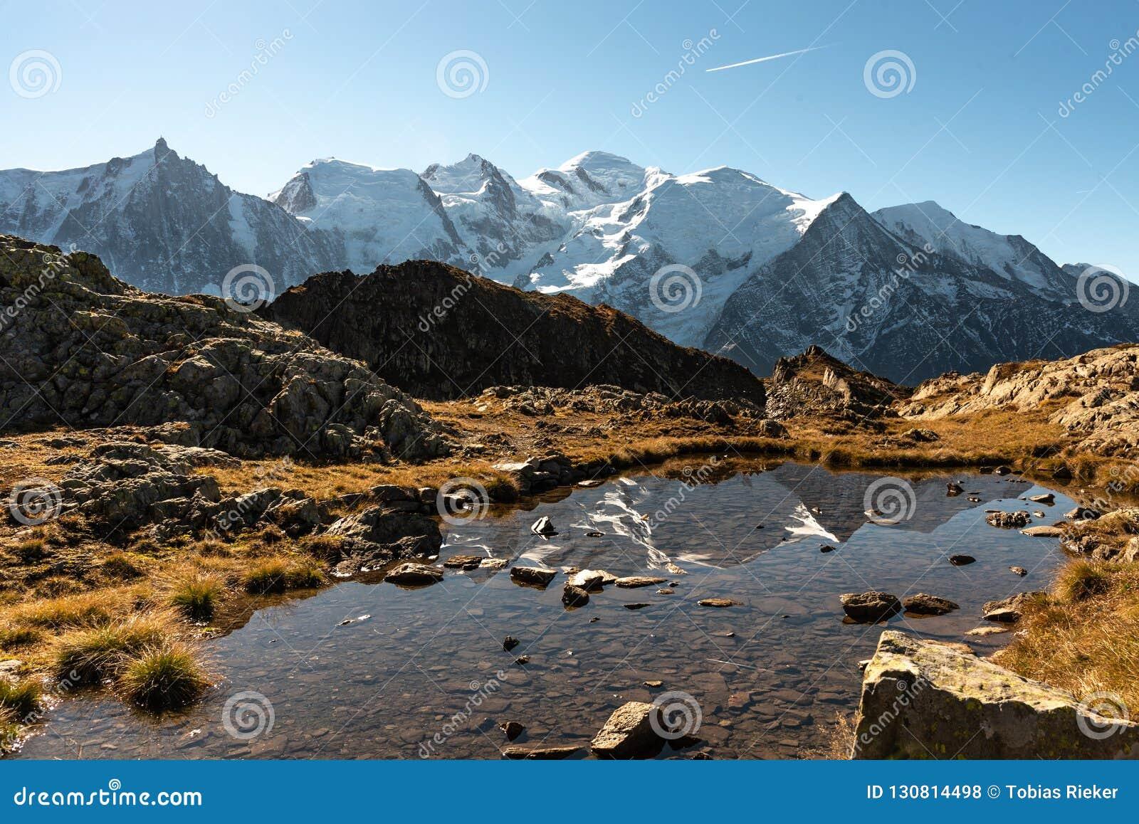 Mont Blanc i odbicie w jeziorze