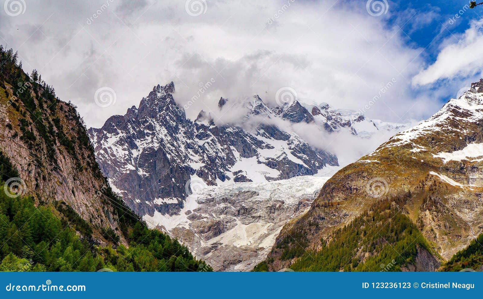 Mont Blanc nelle nuvole