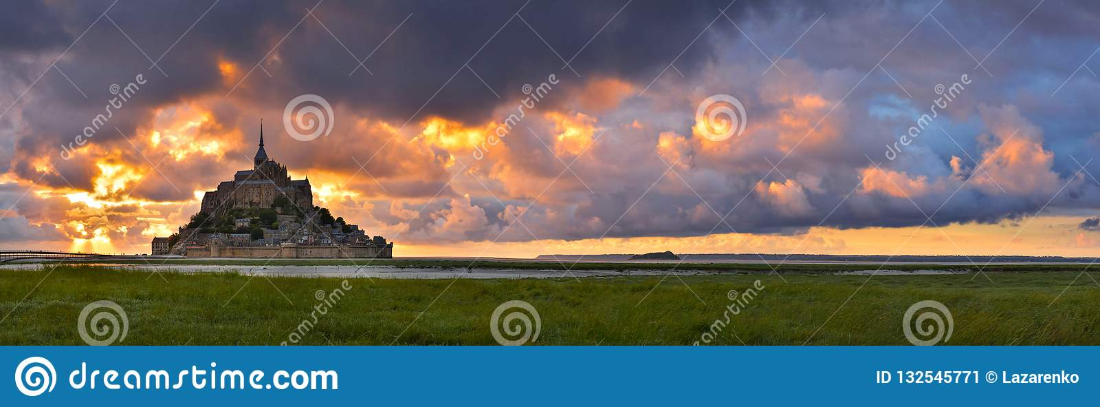 Mont Saint Michel no por do sol, Normandy, França
