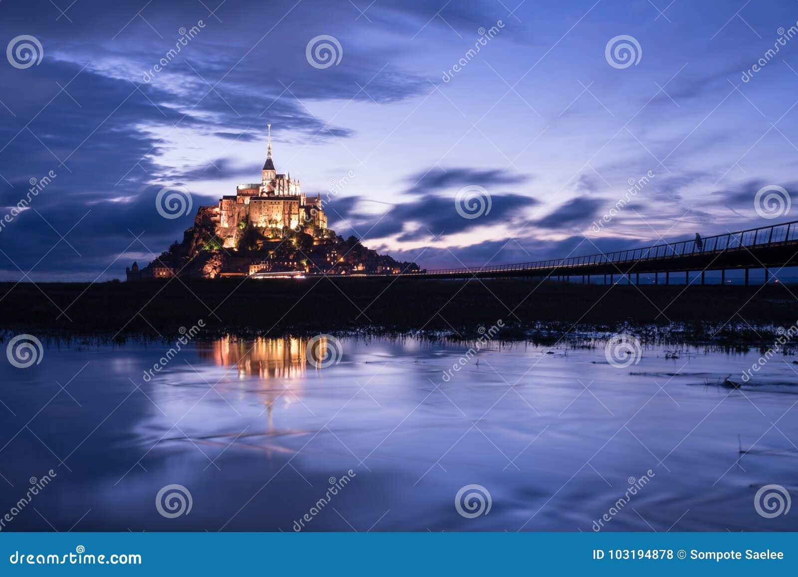 Mont St Michel z wodnym odbiciem podczas nighttime