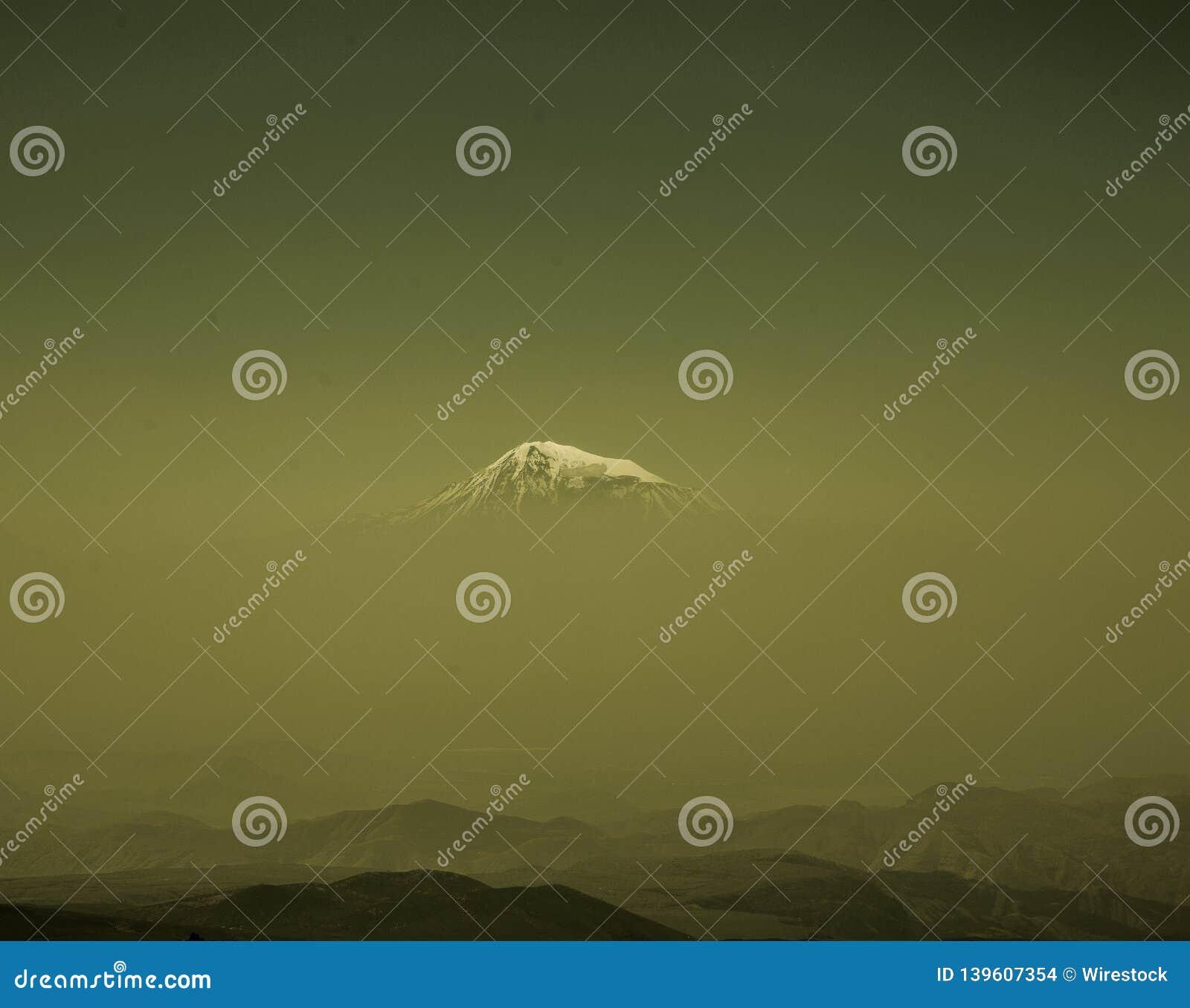 Montaña de Ararat de lejos