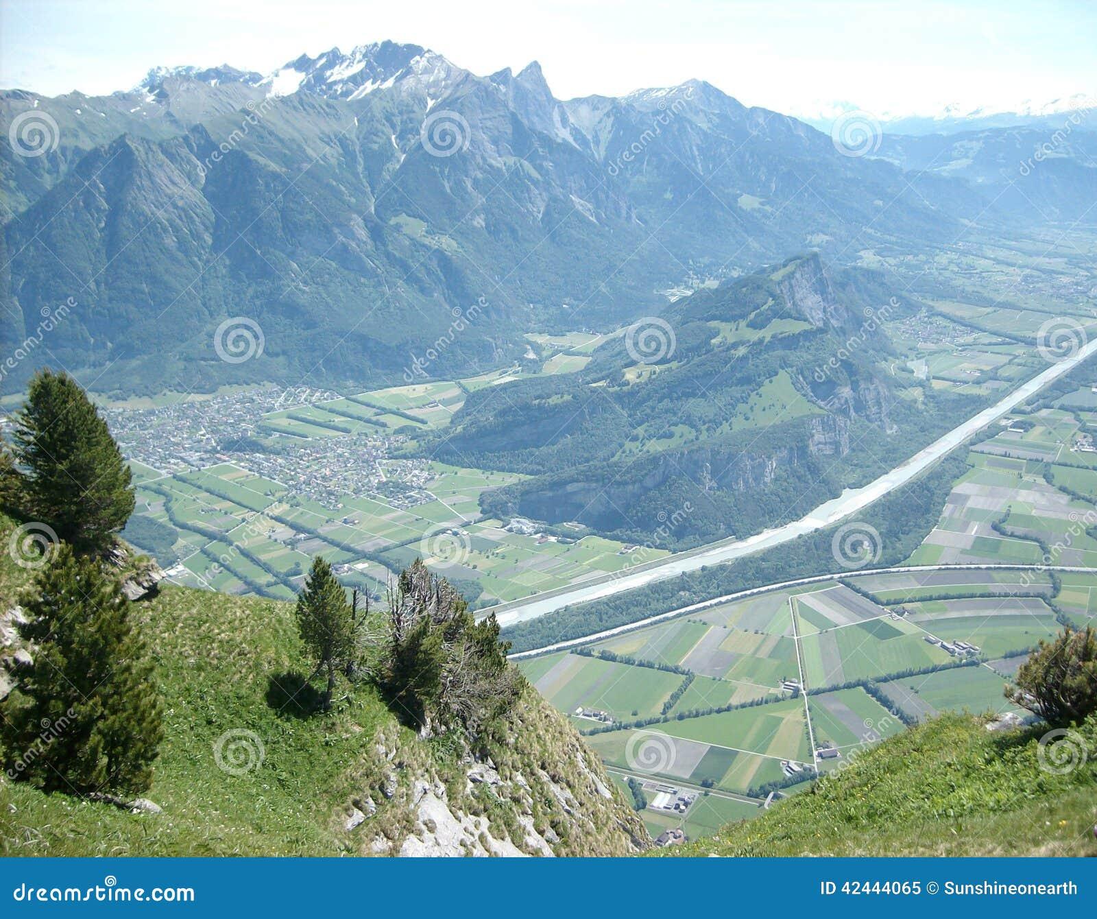 Montaña de Faelknis en el valle de Lichtenstein y del Rin