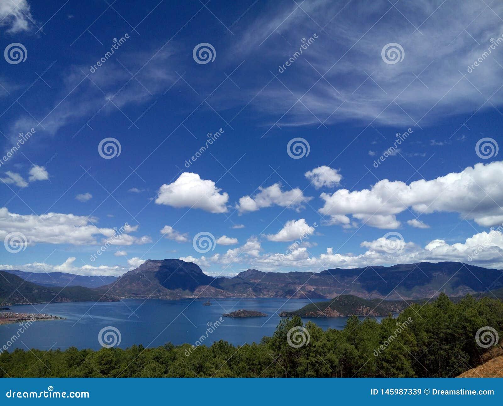 Montaña de la diosa en el lago