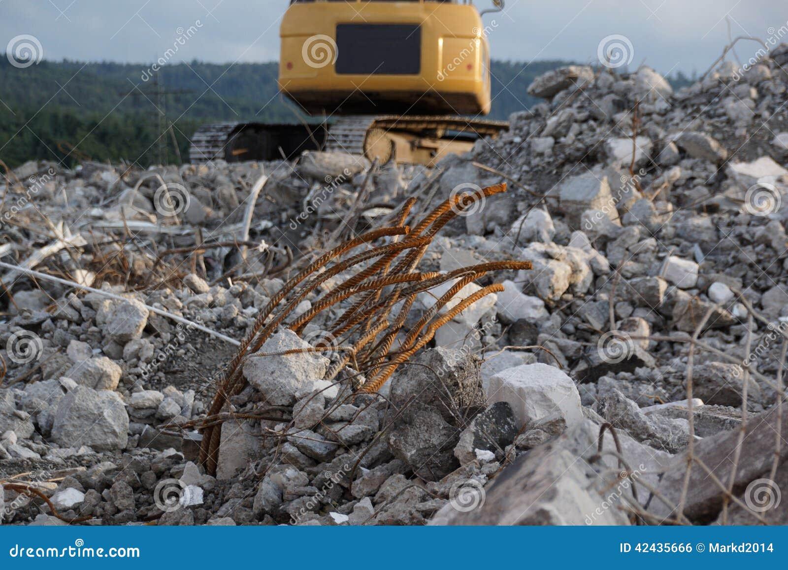 Montaña de la ruina con el excavador amarillo