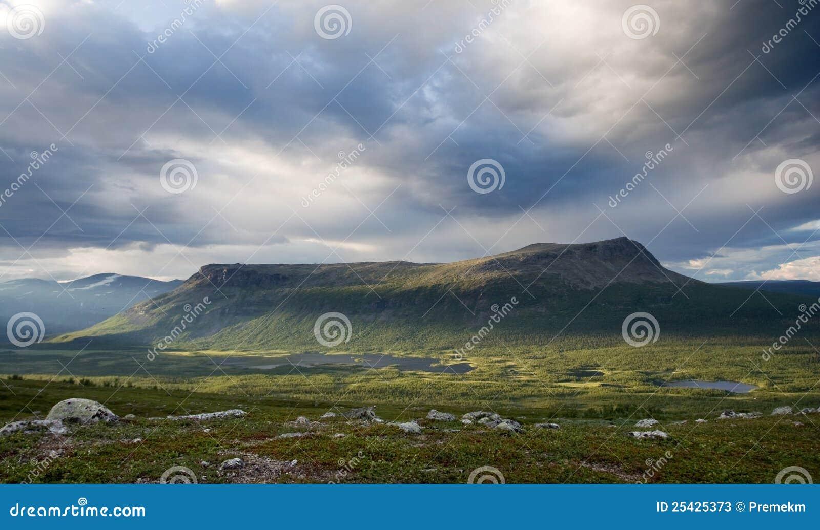 Montaña del vector de Tjahkelij en Suecia norteña