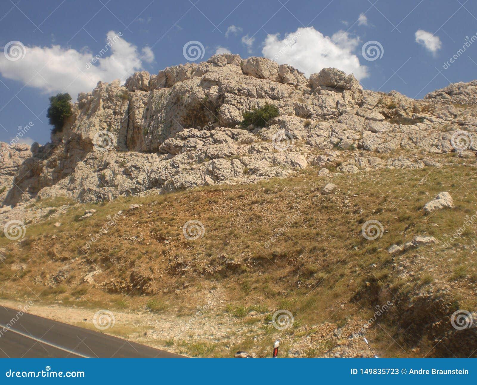 Montaña en un día soleado en Croacia