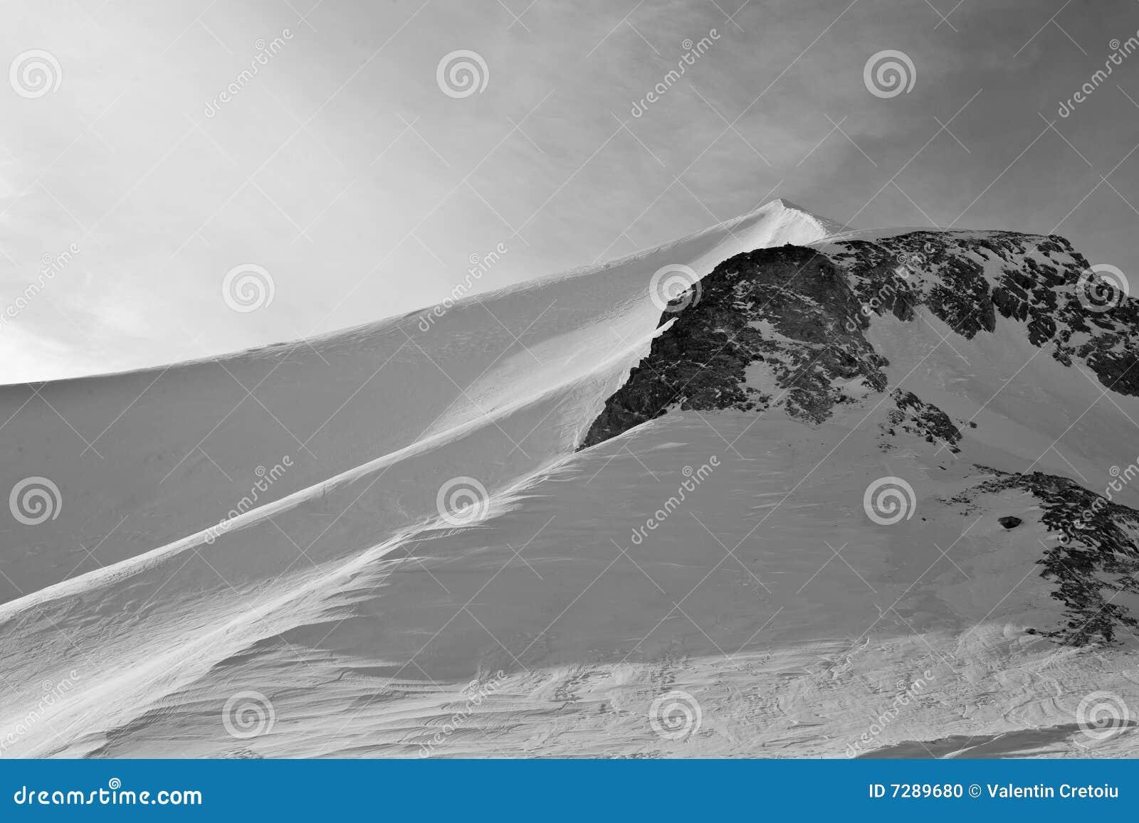 Montaña fuerte y sola