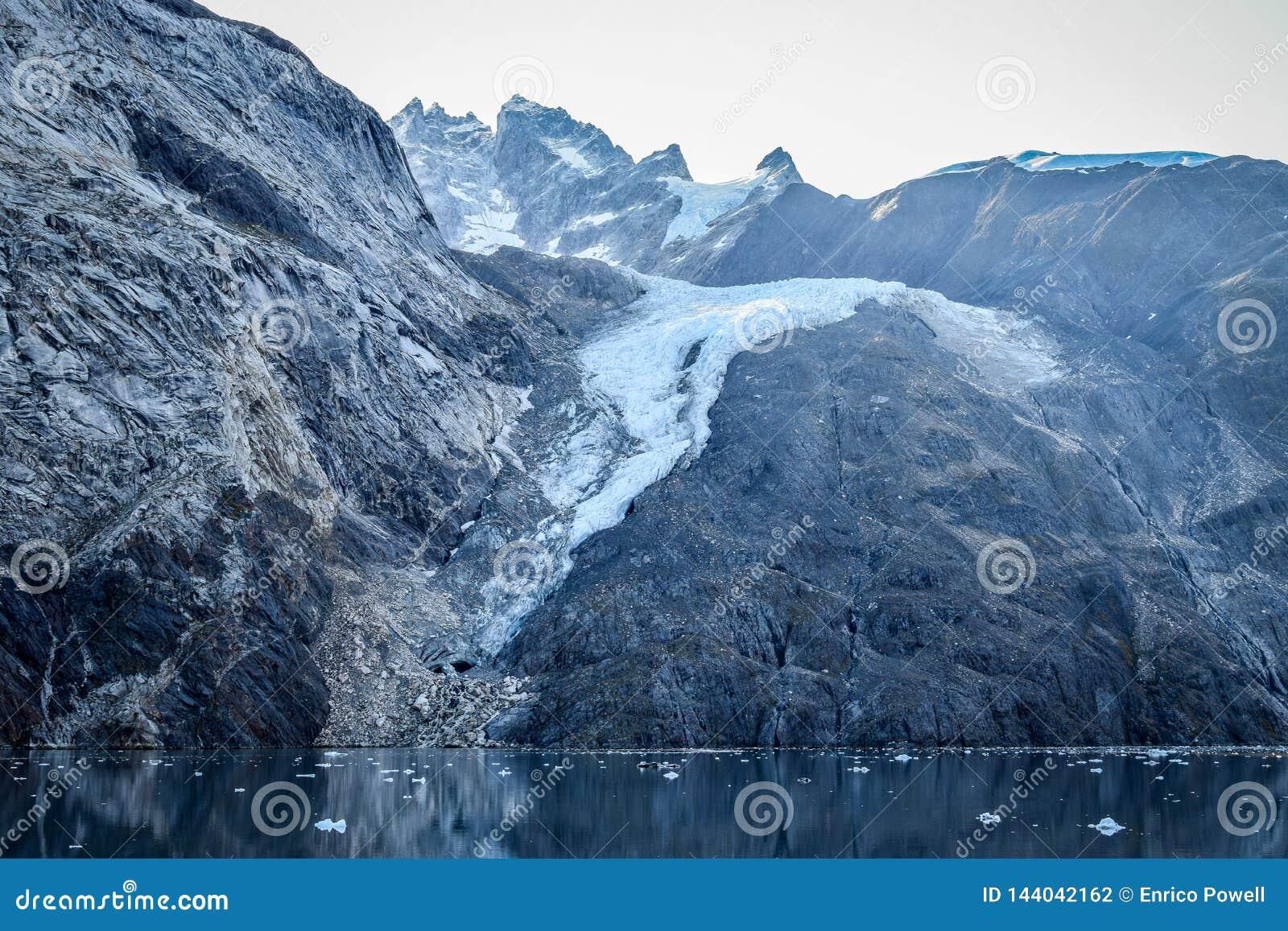 Montaña nevada en el Glacier Bay, Alaska