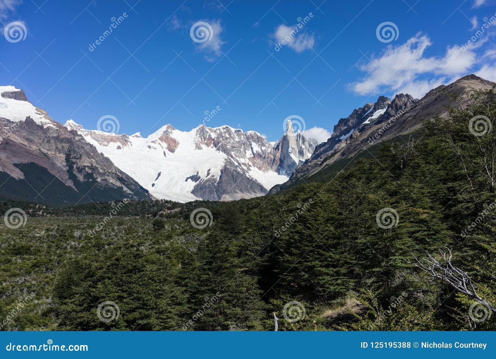 Montaña rugosa de Cerro Torre Región de la Patagonia de la Argentina