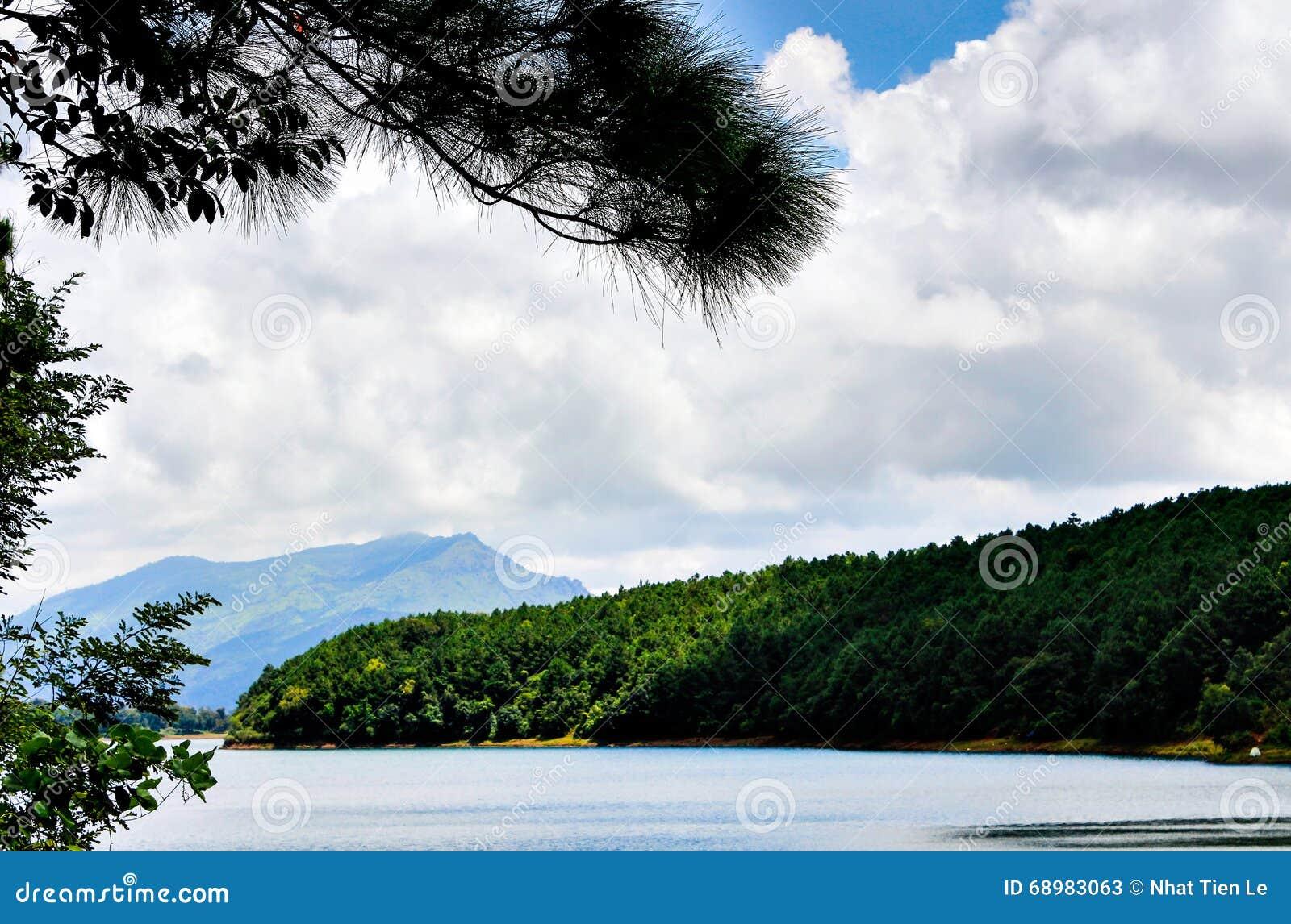 Montaña y lago