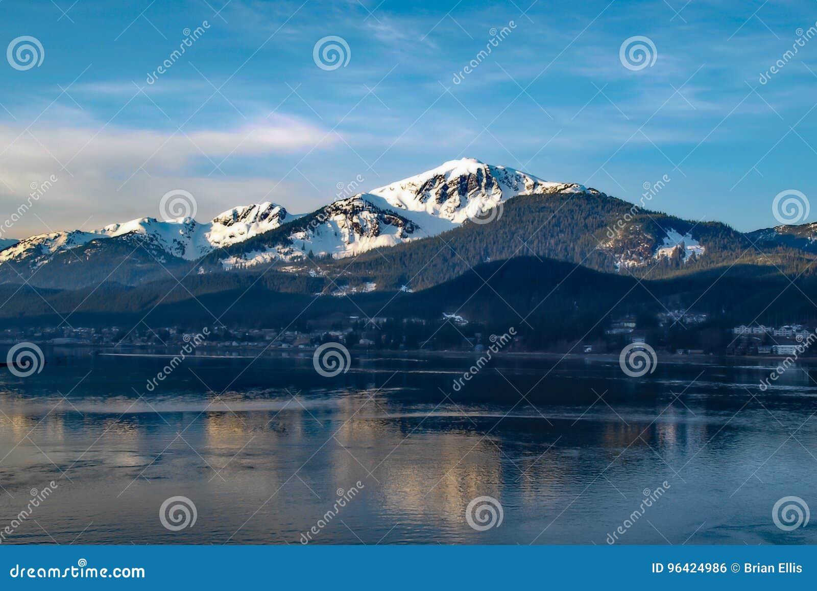 Montaña y mar de Alaska