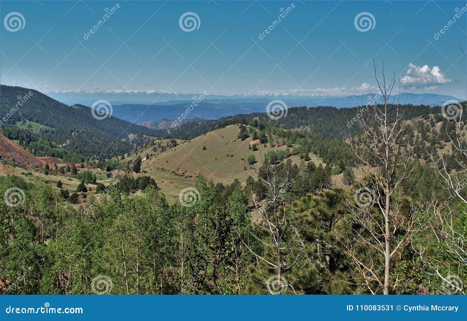 Montañas alrededor de la cala del lisiado, Colorado