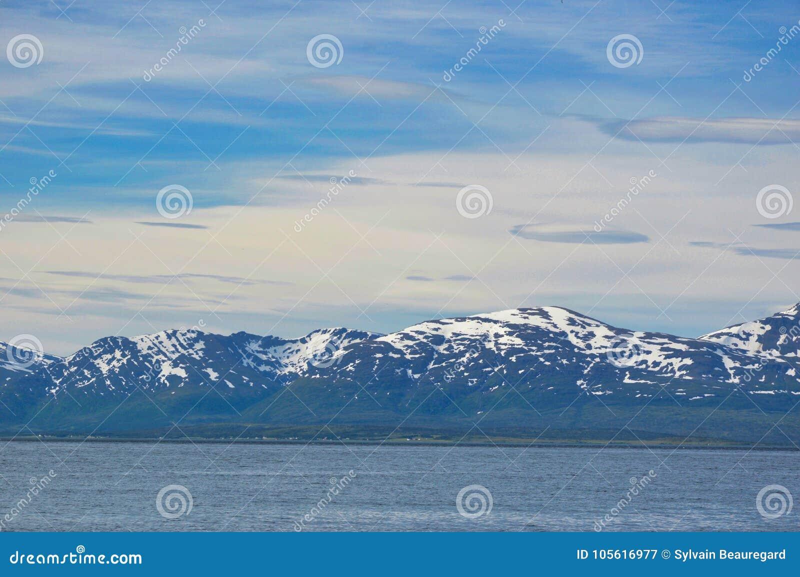 Montañas capsuladas nieve cerca de Tromso