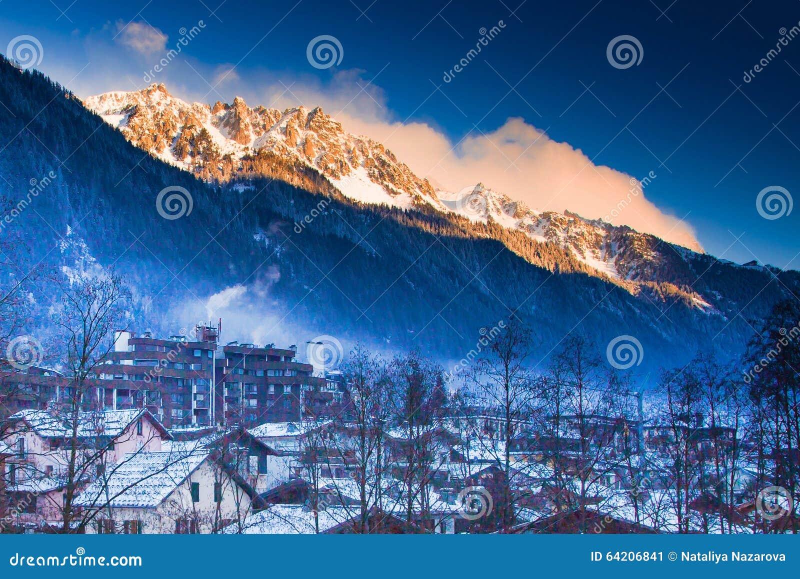 Montañas cerca de Chamonix antes de la puesta del sol aligerada