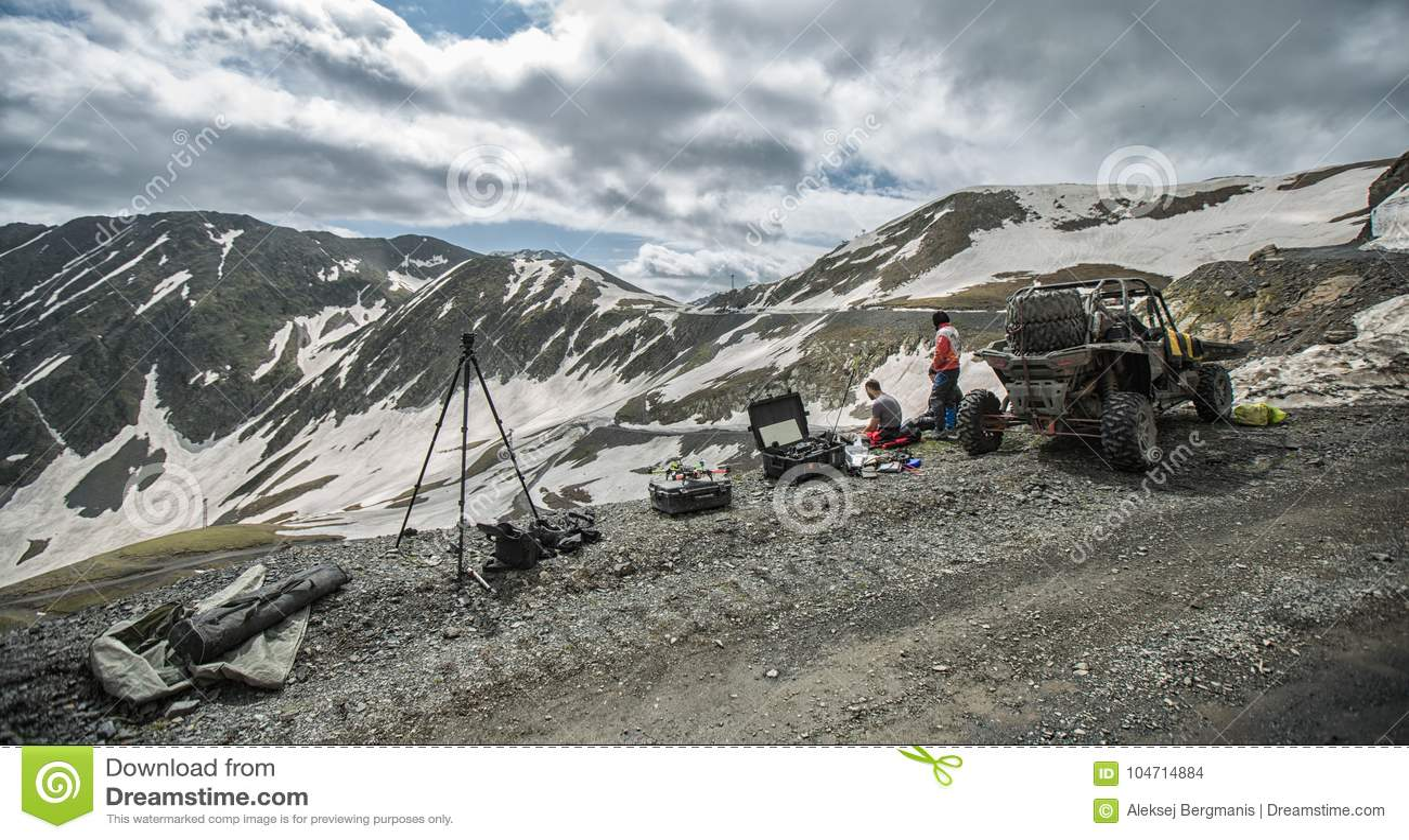 Montañas con errores que conducen en el camino con extremo de la nieve