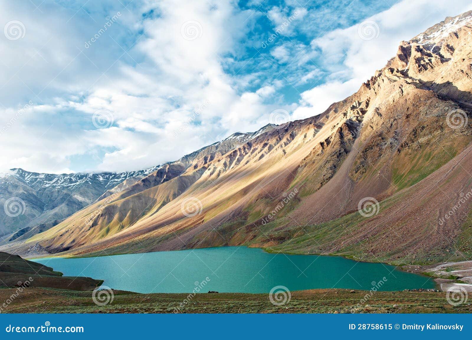 Montañas de Himalaya en valle del spiti de la India