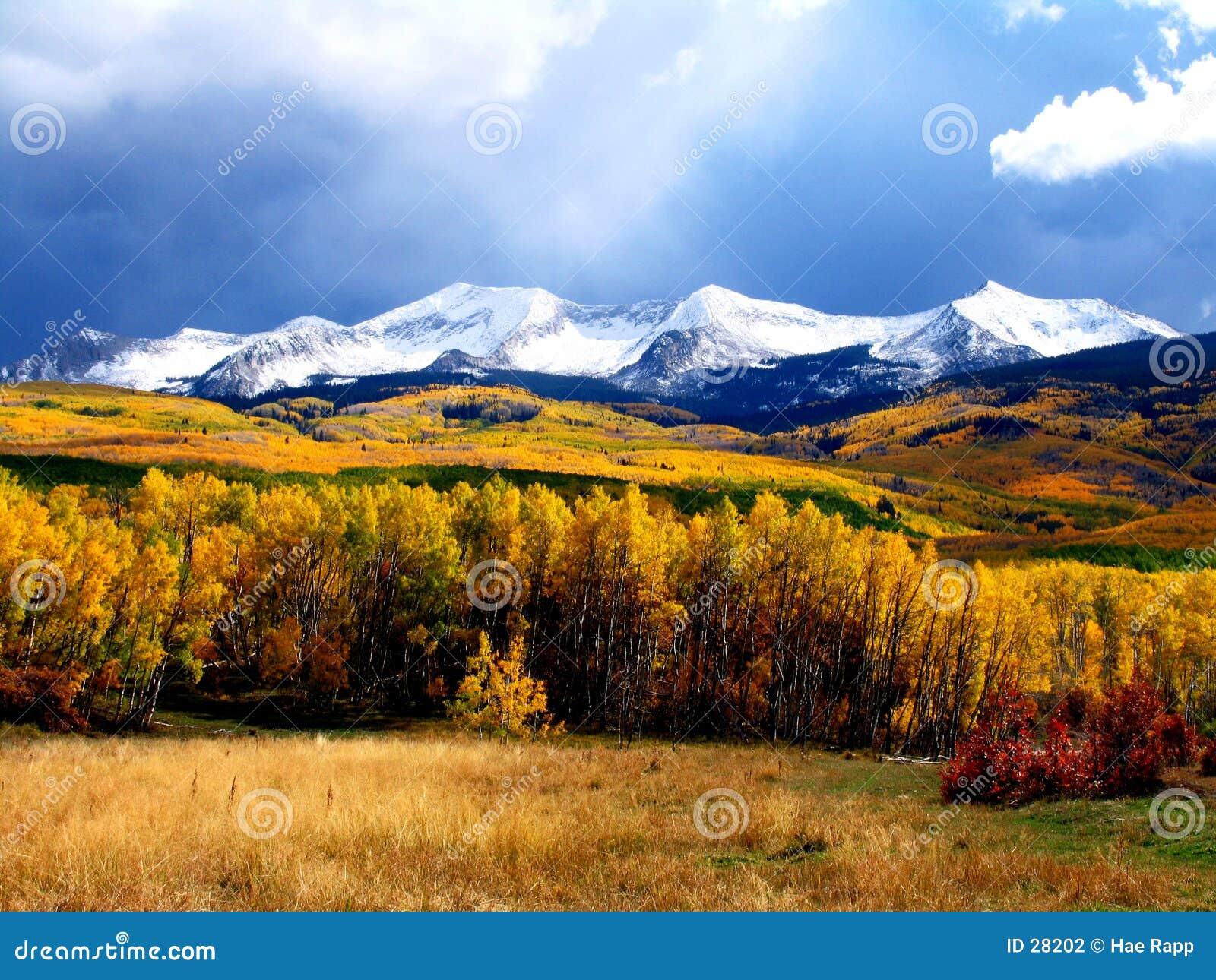 Download Montañas de la caída foto de archivo. Imagen de cubo, colores - 28202