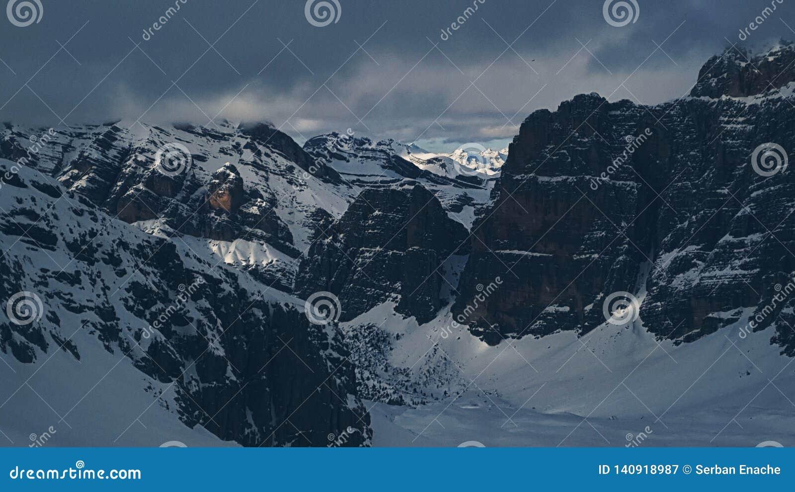 Montañas de las dolomías vistas de Lagazuoi