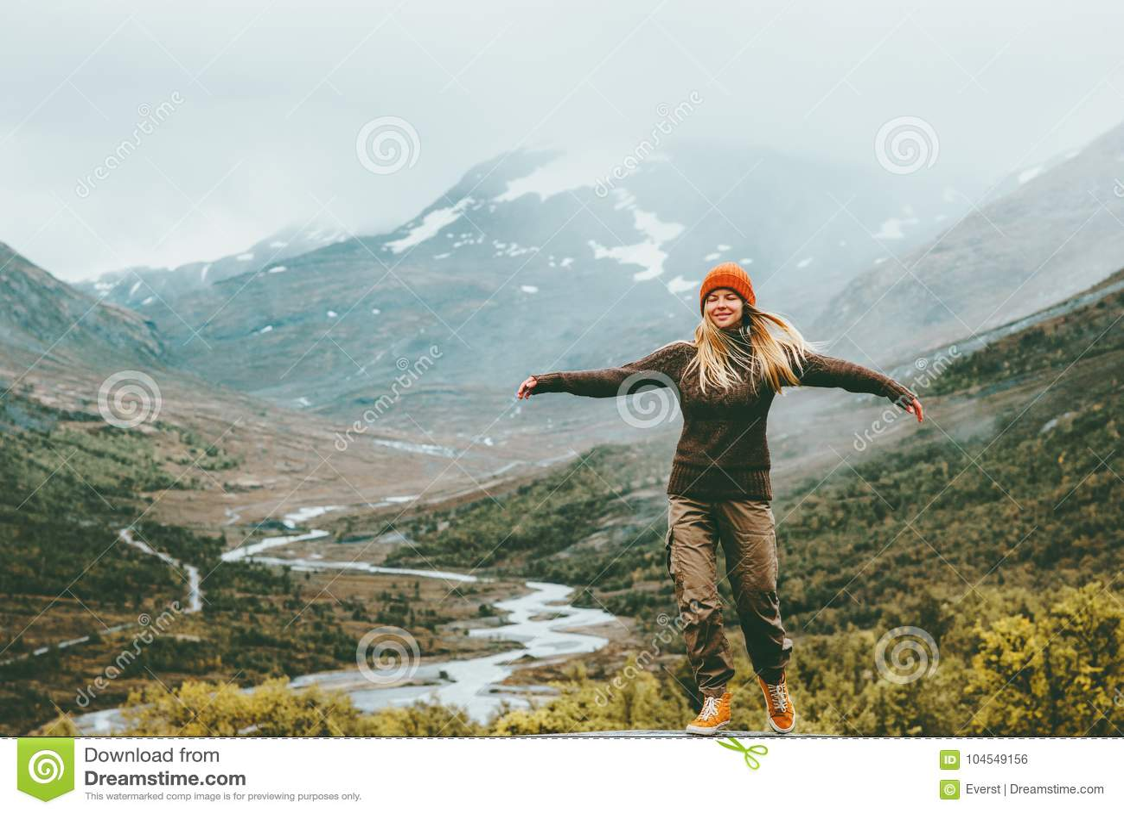 Montañas de niebla aumentadas emocionales de las manos de la dicha de la mujer