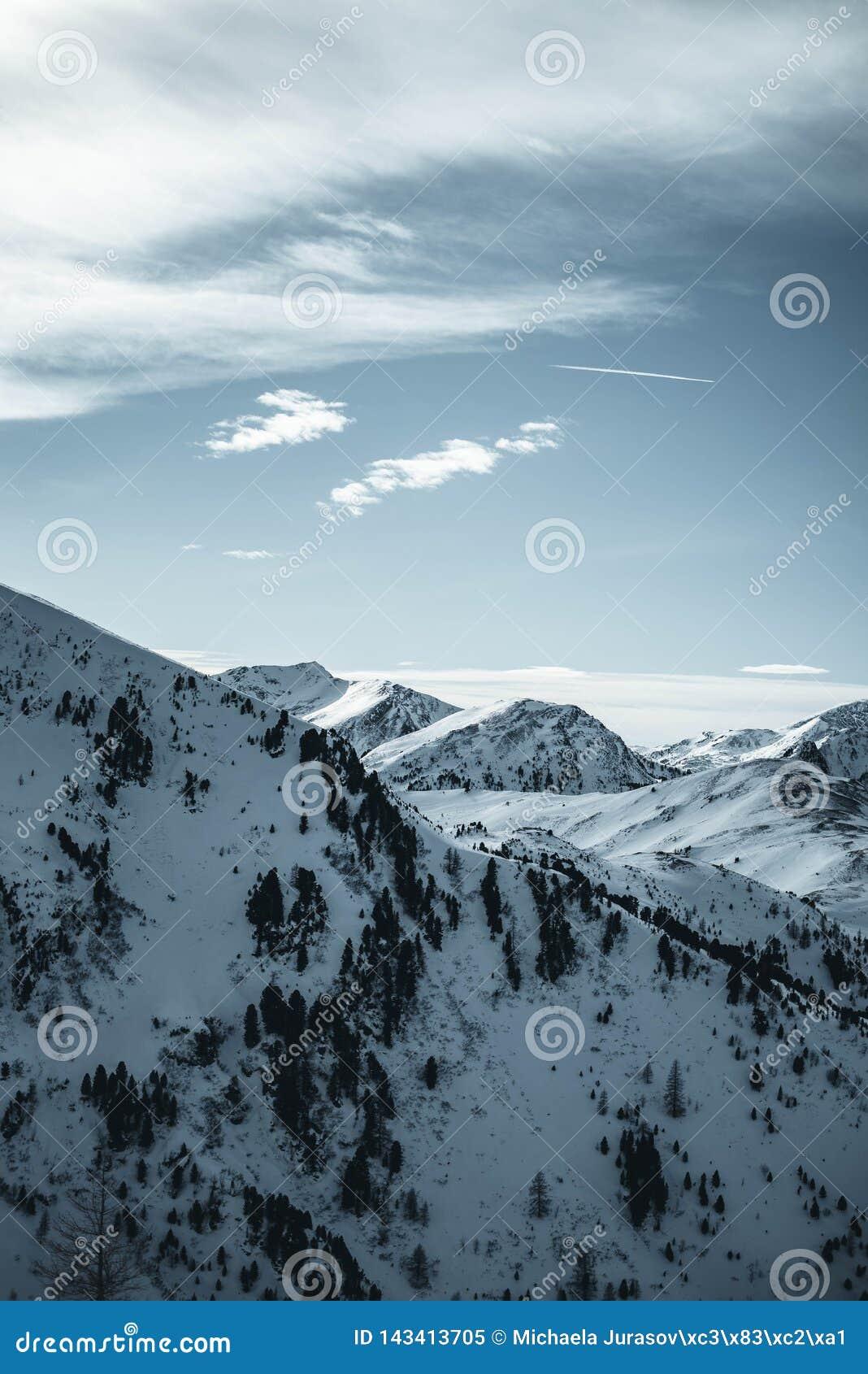 Montañas de Nocky en Austria durante puesta del sol País de las maravillas del invierno en las montañas