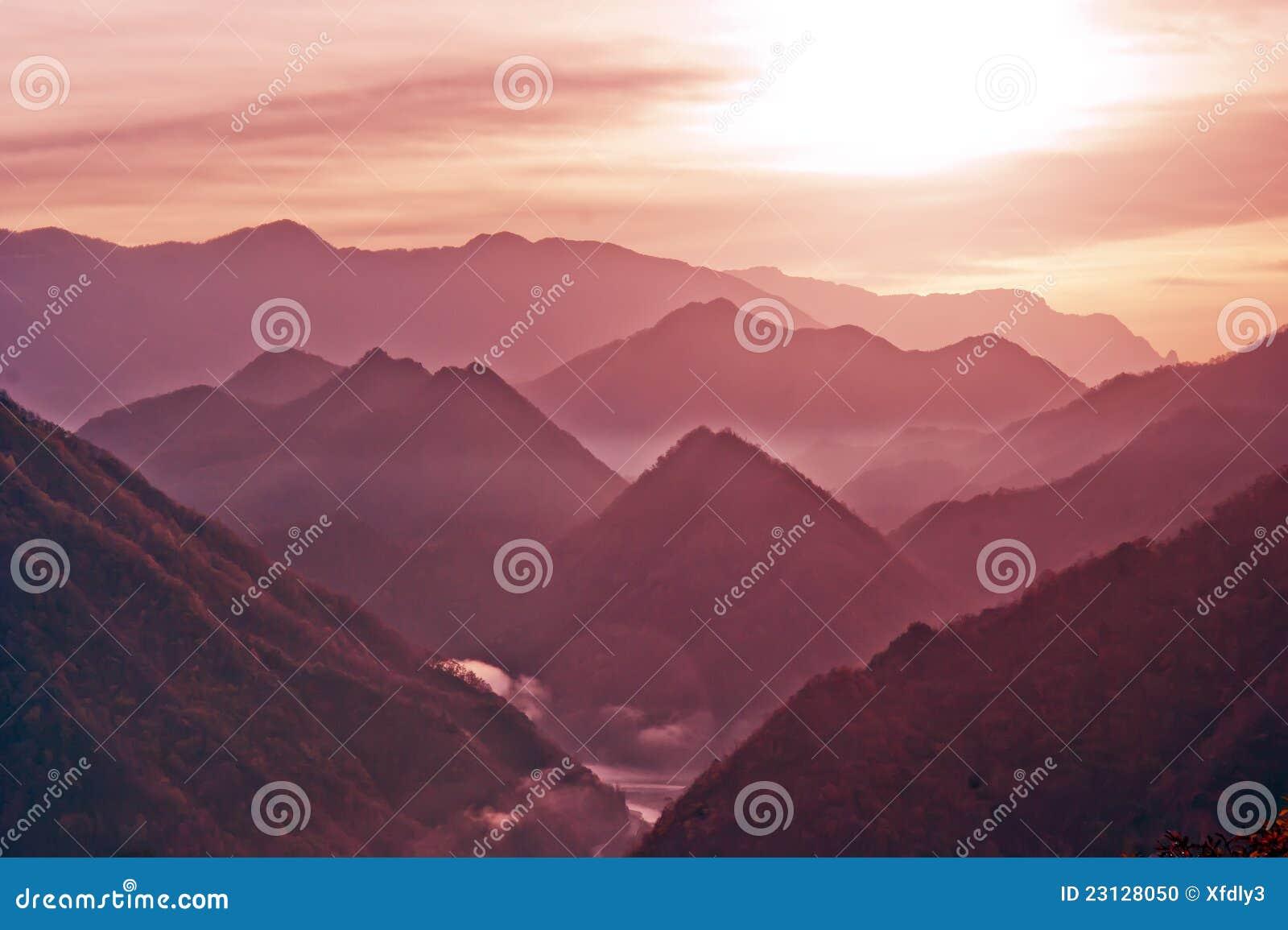 Montañas de Shennongjia del amanecer de China