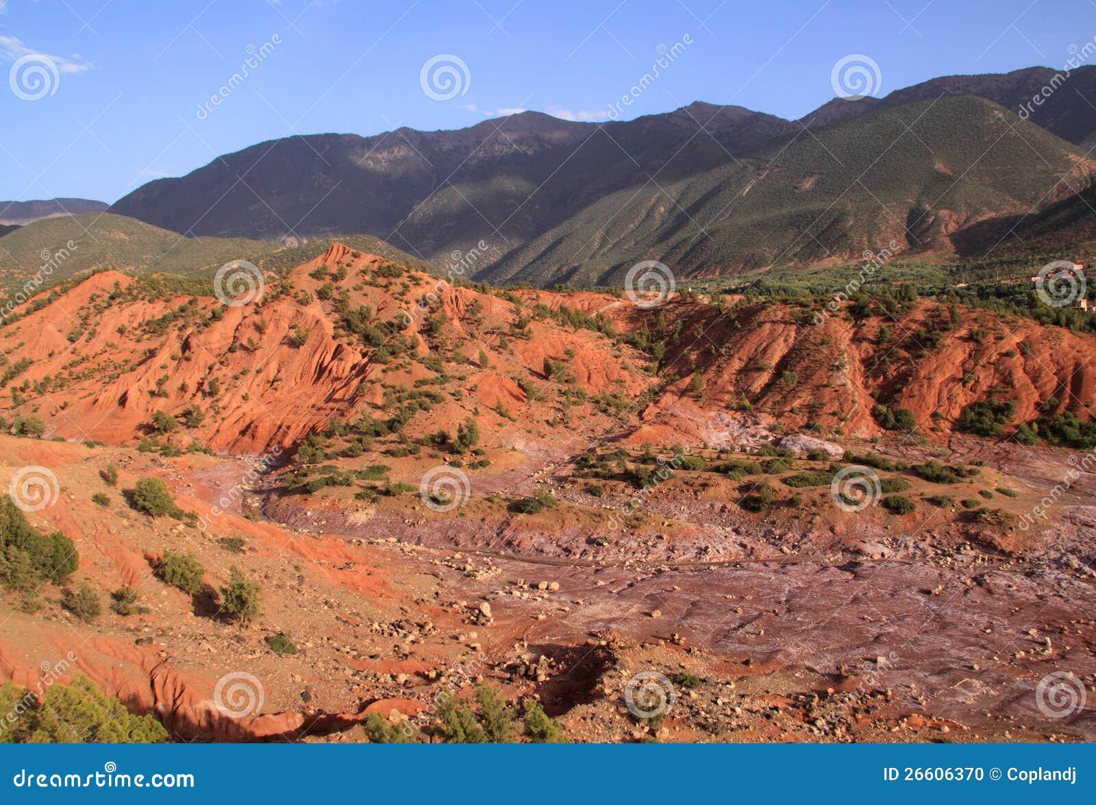 Montañas del atlas de Marruecos y cama de río seca