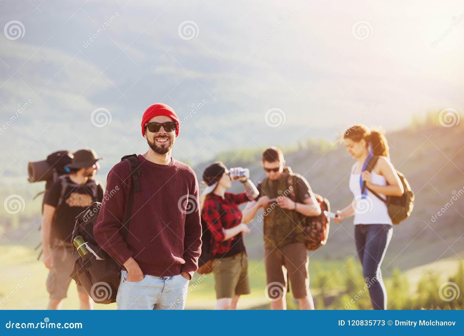 Montañas del senderismo del viaje de los amigos al aire libre