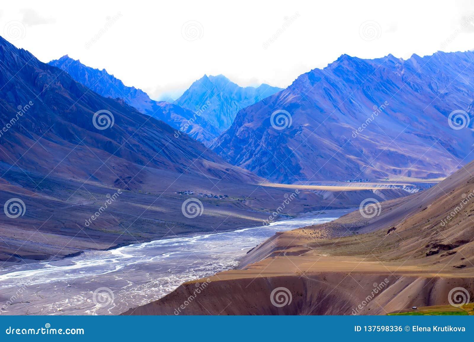 Montañas en Himalaya y el río secado en medio